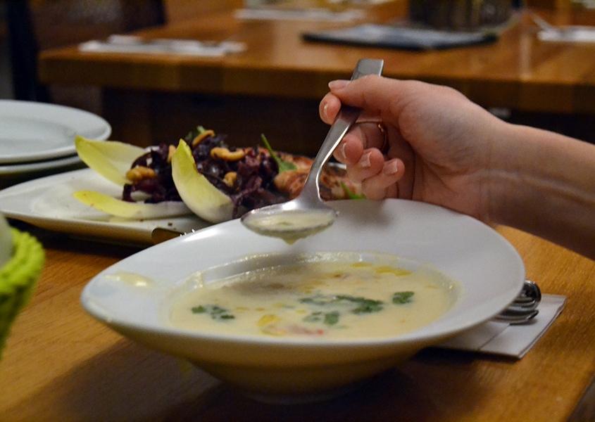 Ein Teller mit heller cremiger Suppe