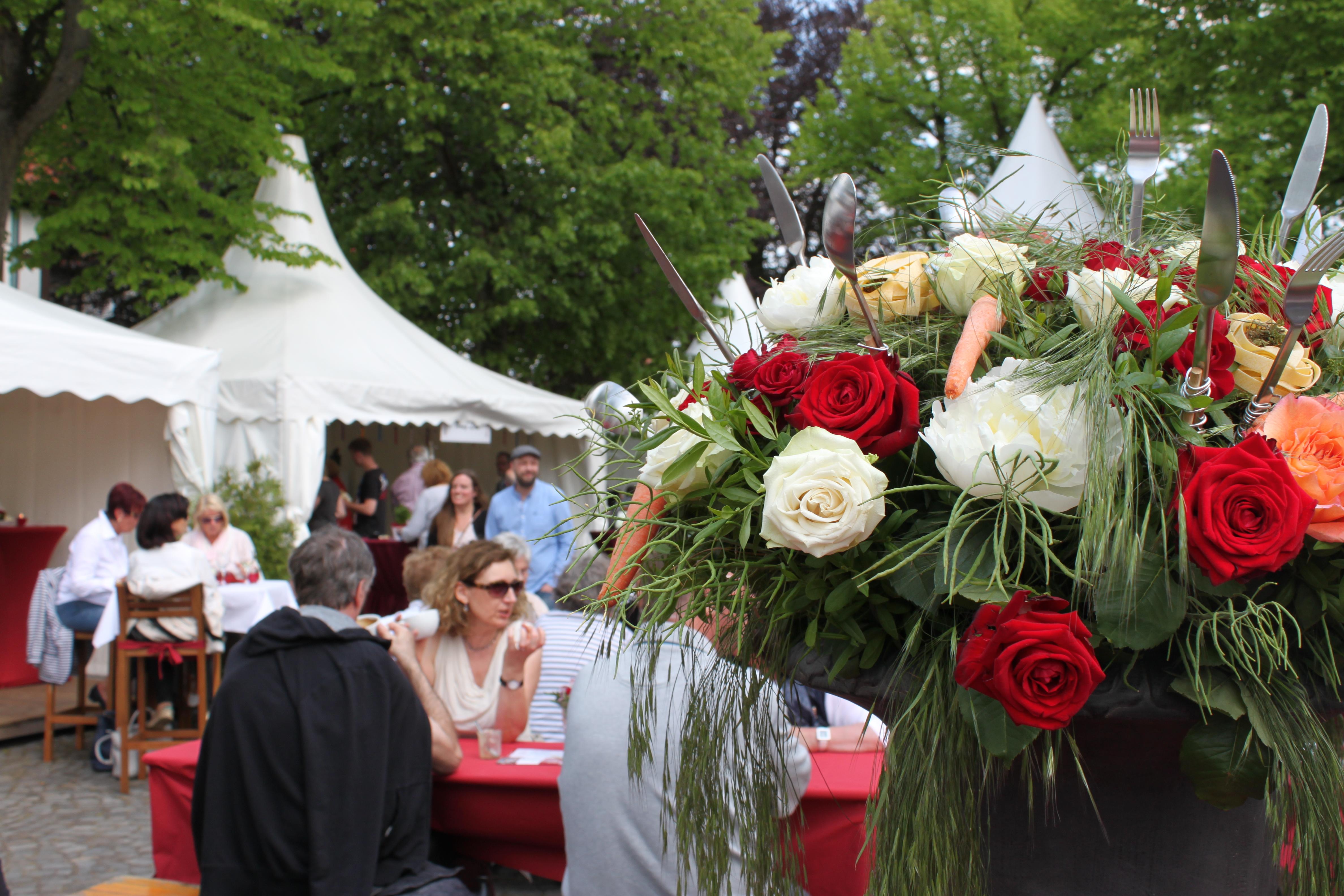 Stand auf der Culinaria, im Vordergrund ein mit Besteck verzierter Blumenstrauß