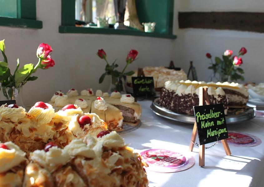 Eine Tafel mit verschiedenen Kuchen am TortenSchlachtTag