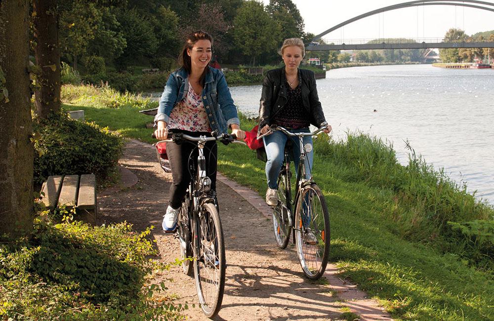 Zwei Frauen bei einer Fahrradtour um Ufer des Mittellandkanals