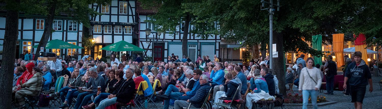 Publikum abends auf dem Kirchplatz
