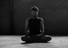 Mann in Yoga-Pose