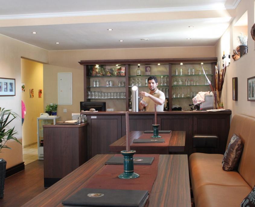Gästeraum und Bar in der Pizzeria Fattoria