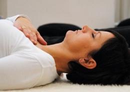 Frau liegt entspannt auf dem Rücken