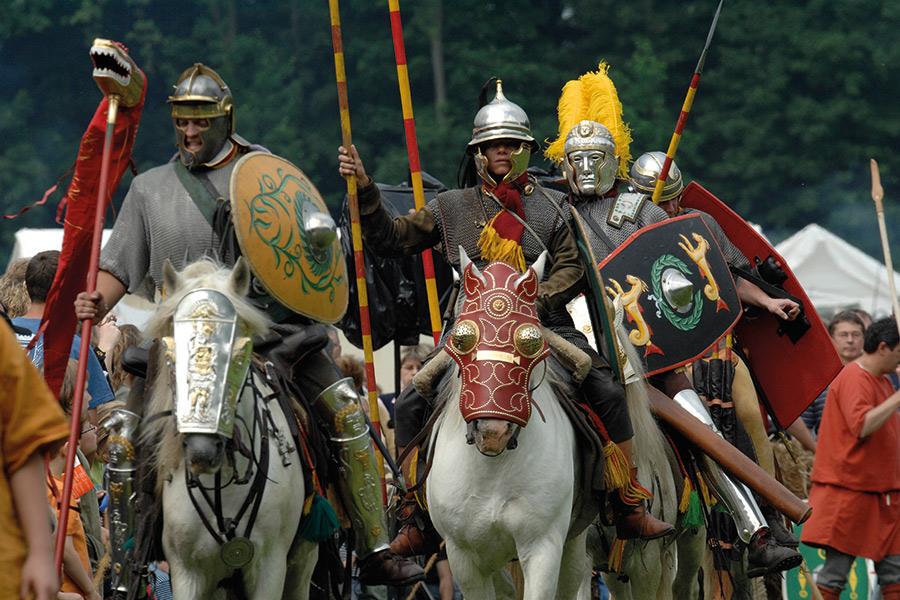 Römer in der VarusRegion reiten in voller Kampfmontur auf den Beobachter zu
