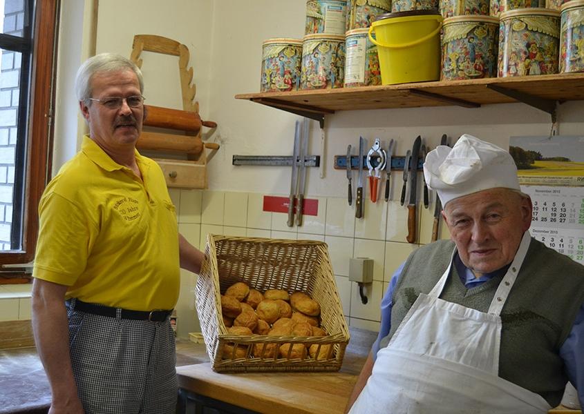 Bäckerei Huge in Bad Essen-Wimmer, Bäcker präsentieren frische Brötchen