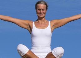 Yogalehrerin Wiebke Müller im Schneidersitz