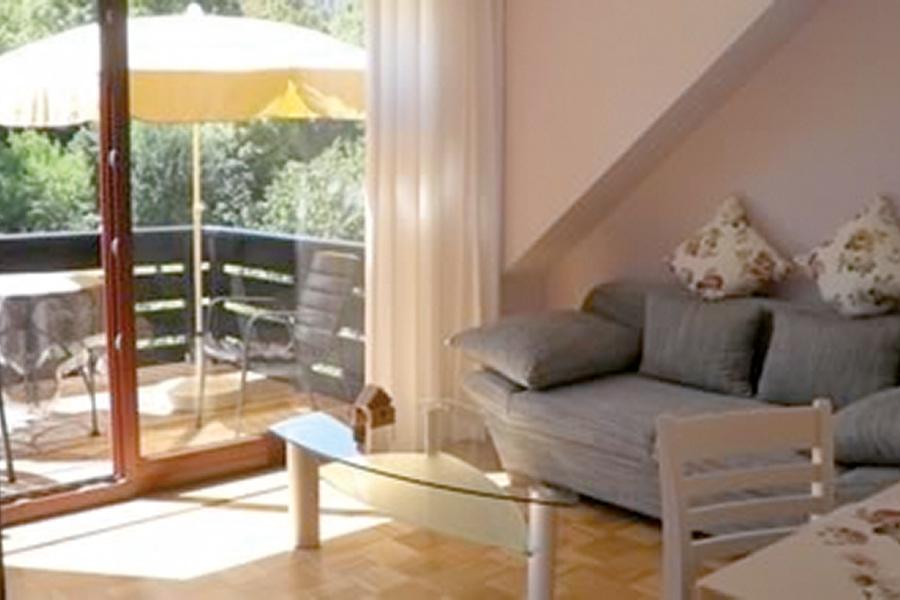Innenansicht Wohnbereich und Balkon Ferienwohnung Nolting