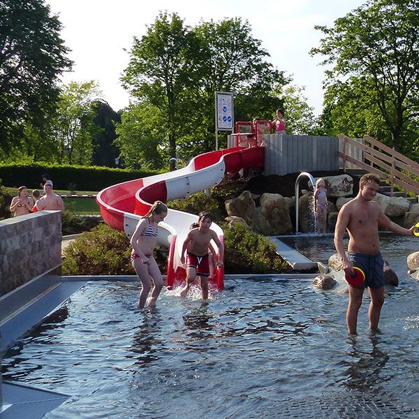 Schmale Wasserrutsche im Sole-Freibad