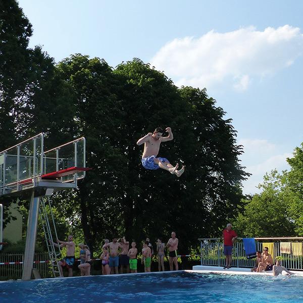 Mann springt vom 3m-Brett im Sole-Freibad