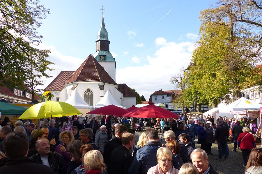 Menschenmenge bei einer Veranstaltung auf dem Kirchplatz Bad Essen