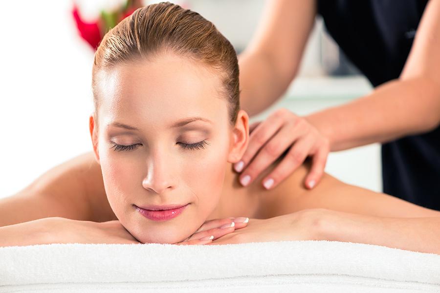 Portrait einer Frau auf einer Massageliege, Wellness