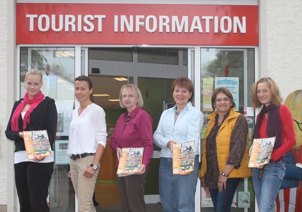 Tourist-Information Bad Essen mit den Mitarbeitern vor dem Eingang