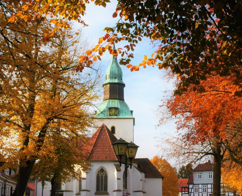 Der Kirchplatz Bad Essen mit Kirche im Herbst