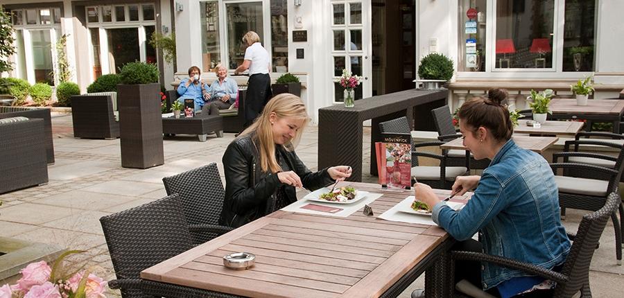 Gäste genießen einen Salat auf der Aussen-Terrasse eines Restaurants