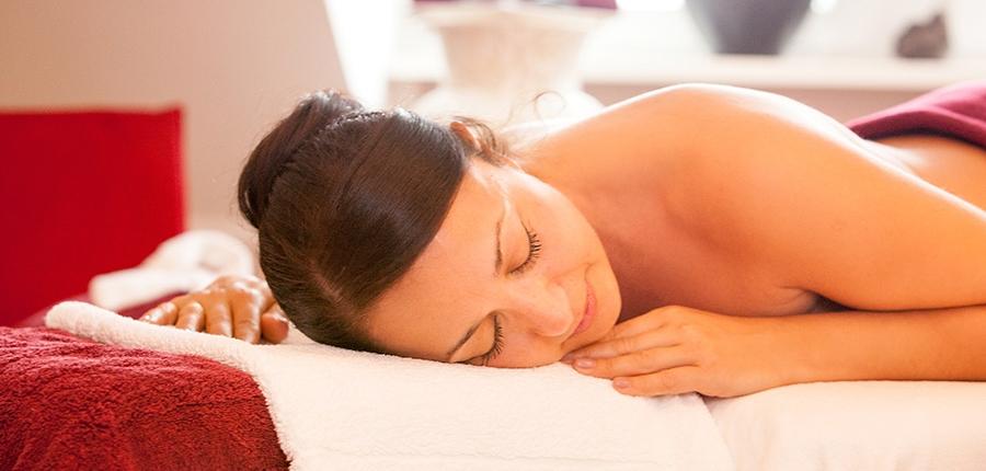 Entspannte Frau auf einer Massageliege im SoleSpa