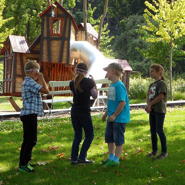 Kinder im Familienpark vor Rutsche