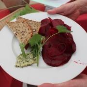 Ein Teller mit Rote Beete-Salat und Brot