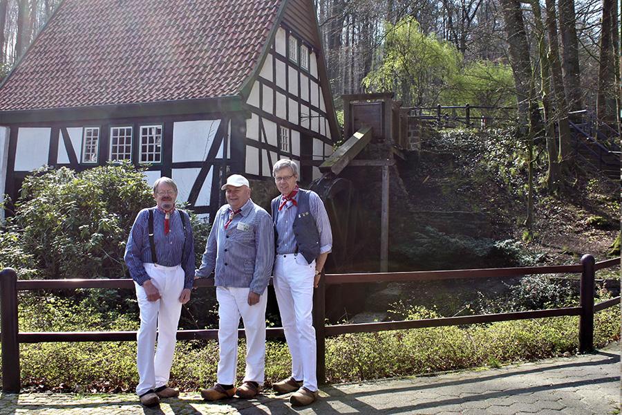 3 Müller vor der alten Wassermühle
