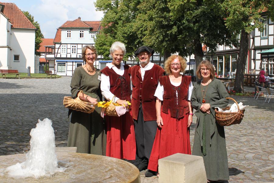 Dorfführer auf dem Kirchplatz