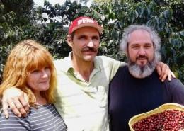 3 Personen mit geernteten Kaffeebohnen auf Kaffeeplantage