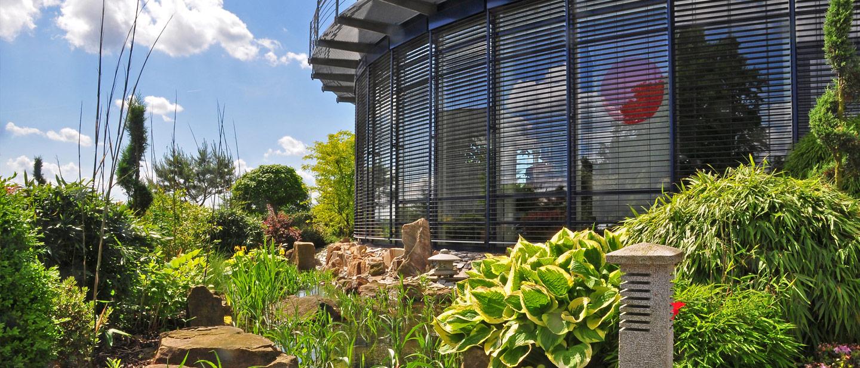 Garten und Fensterfront des Feinkost-Importeurs RILA