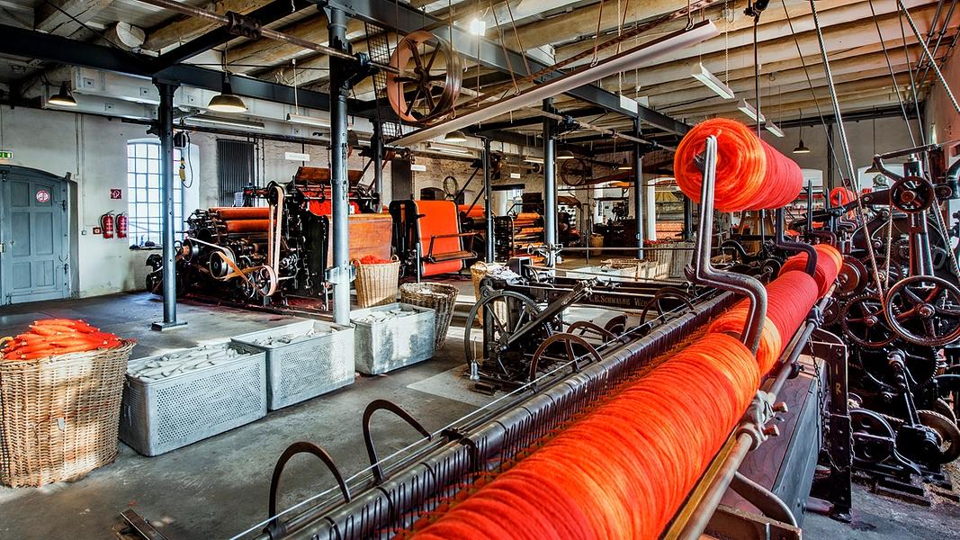 Blick in die Werkhalle des Tuchmachermuseum mit Webmaschinen