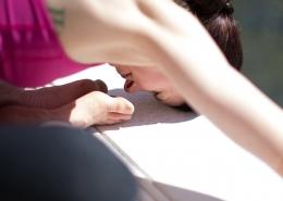 Eine Frau macht eine Yogaübung im Schneidersitz