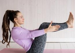 Eine Frau bei eine Yogaübung