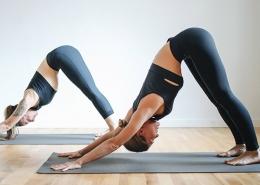 Zwei Frauen bei eine Yogaübung für den Rücken