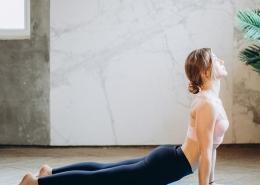 Eine Frau bei eine Yogaübung für den Rücken