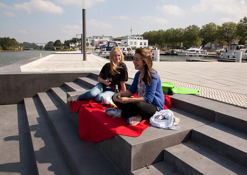 2 Frauen machen ein Picknik an der Marina