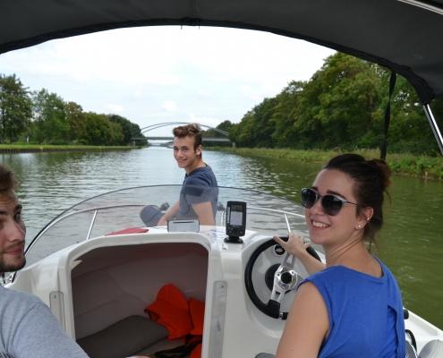 Gemeinsam Motorboot fahren an der Marina Bad Essen