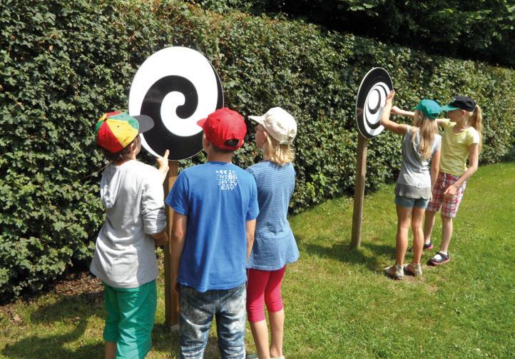 Optische Drehscheiben mit Kindern davor