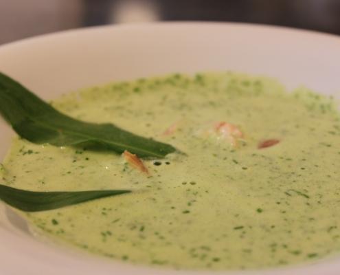 Grüne Suppe mit zwei Blättern Bärlauch