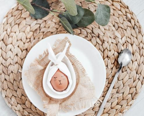 Osterei in Serviette auf Teller