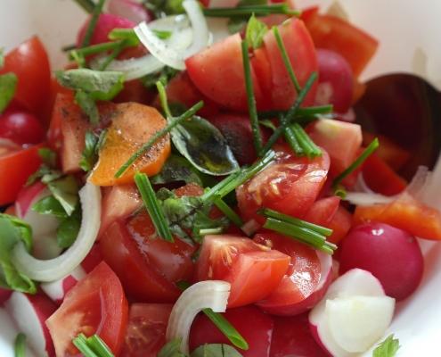 Salat auf Teller mit zwei Löffeln