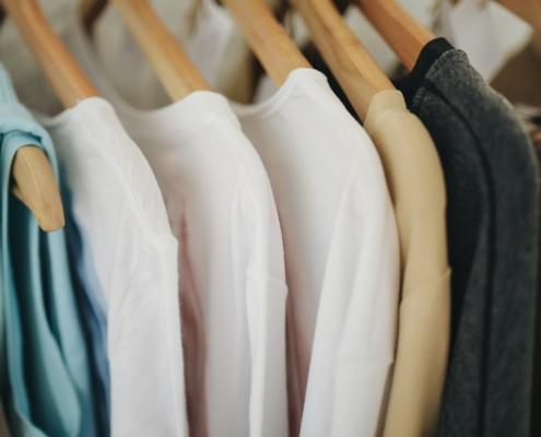 Kleidung aufgereiht auf Kleiderstange