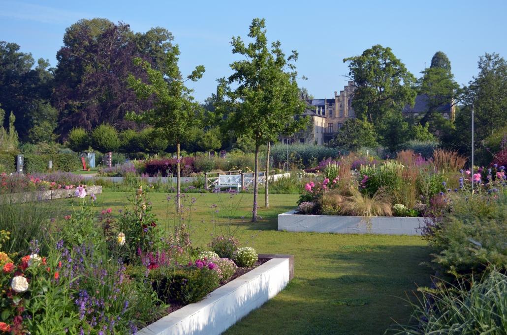 Garten mit Beeten und Bäumen