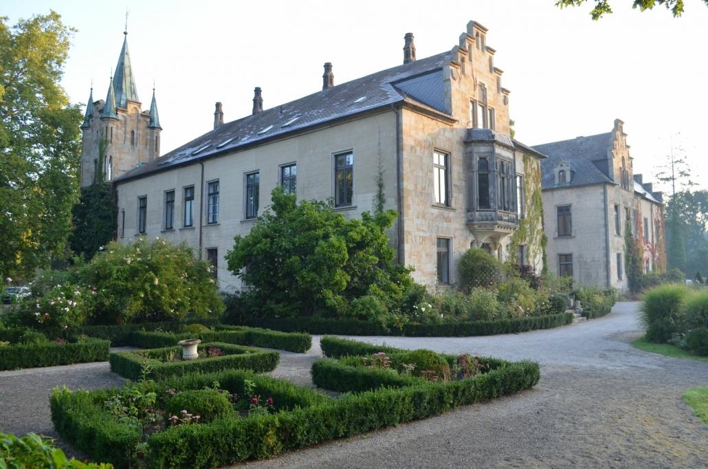 Garten mit Schloss im Hintergrund