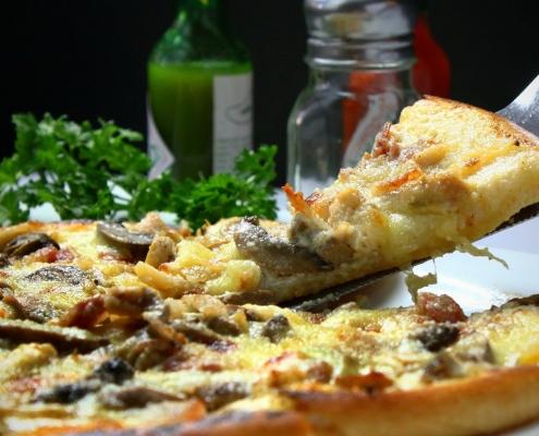 Pizza auf Teller