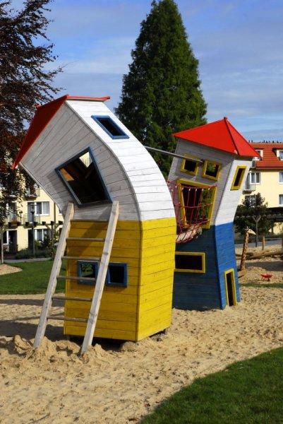 Schiefe Spieltürme auf Spielplatz